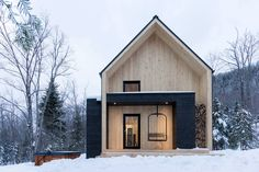 Almhütte in Petite-Rivière-Saint-François, Kanada. Villa Boreale is a scandinavian inspired modern barn located in Charlevoix, Québec, 10 minutes away from Le Massif de Charlevoix ski resort. This vacation rental offers 4 bedrooms, including 7 beds and can accommodate up to 14 guests.  The project...