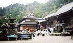 Şikoku, Japonya'nın kurulduğu dört büyük adadan en küçüğü, ücrası. Esoterik Budizm'in ünlü mezhebi Shingon'un doğuş yeri. Yılda 100 bin Budist hacı adayı bu adaya geliyor, 88 tapınağı tavaf ediyor. 1200 kilometrelik rotada yürürken ruhlarının tekamül ettiğine inanıyorlar. Gezgin okurumuz Selman Arınç geçen ay gitti, izlenimlerini yazdı.