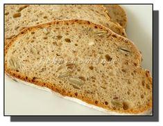 Větší celokváskový chléb, který vydrží výborný až do úplného spotřebování. Na řezu je hezky dírkatý a strakatý semínky, která při kousání chroupou jako oříšky.  Suroviny: 30 g pravidelně krmeného kvásku 120 g vody 150 g žitné chlebové mouky (vše dobře promícháme a necháme v teple 10-12 hodin kvasit) Dále: 360 g (ml) vody lžíce…