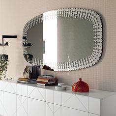 Specchio BULLET,  da parete in cristallo specchiato o specchiato fumè. Cornice applicata in acciaio inox.