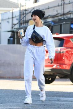 Hailey Baldwin White Leather Sneakers Street Style Hollywood 2019 on SASSY DAILY : Hailey Baldwin Street Style in a White Leather Lace-Up Sneakers Out And About in Hollywood, Autumn Winter Urban Street Style, Nike Street Style, Style Urban, Sneakers Street Style, Street Style Summer, Casual Street Style, Street Style Women, Work Sneakers, Summer Sneakers