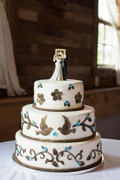 Country wedding. Wedding cake ideas, wedding cake topper, bright blue, brown, white. Wedding photography ideas.