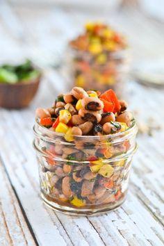 Salada de feijão-fradinho saboroso | 28 saladas vegetarianas que vão te saciar por completo