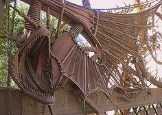 """Le portail de la Finca Güell représente un dragon. """"Vamos a la tercera puerta, no perdamos tiempo; el dragón nos espera -dijo Miguel."""""""