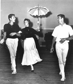 Dick Van Dyke, Julie Andrews, and Marc Breaux rehearsing Mary Poppins, October 1964 Julie Andrews Mary Poppins, Mary Poppins 1964, Hooray For Hollywood, Old Hollywood, See Julie, Dance Magazine, Louis Armstrong, Modern Dance, Ballet Dance