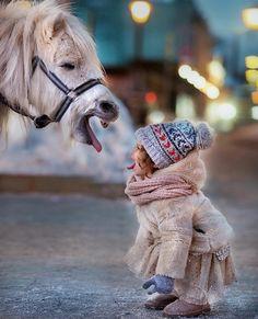 Je sais pas vous mais je plains la petite fille : elle a l'haleine du cheval en pleine tête !
