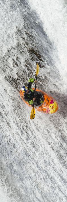 Whitewater Kayak Tips Chasing waterfalls. Canoe And Kayak, Kayak Fishing, White Water Kayak, Whitewater Kayaking, Canoeing, Trekking, Wild Sports, Kayaking Tips, Kayak Adventures