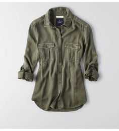【AEOミリタリーシャツ】ドレープがキレイなシルキーシャツ。ミリタリーテイストのフラップ…