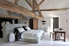 """La super idée de faire la salle de bain derrière un petit mur """"tête de lit"""". Et ces poutres qui donnent petit style rustique à la chambre grise."""