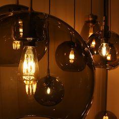 Gloria Røykfarget Hengelampe Messing 16/19/26/32/38 cm - Gloria glasspendel med røykfarget glass og detaljer i messing fra Belid er tilgjengelig i fem størrelser. Lampen er tilpasset til takkrok og den sorte, vridde kabelen er 1,5 meter lang.