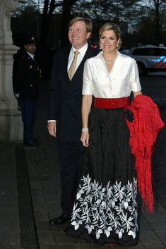 tripleaprincesses: King Wilhelm-Alexander and Queen Maxima Royal Fashion, Look Fashion, Womens Fashion, Queen Dress, Black Evening Dresses, Queen Maxima, Party Fashion, Classy Outfits, Skirt Outfits