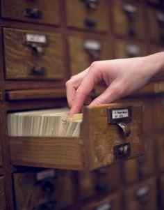 Usar el catálogo de la biblioteca para buscar un libro y la frustración de no encontrar la tarjeta indexada que estabas buscando.