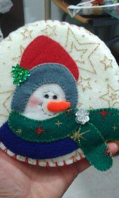 yoyos navideños Felt Christmas Ornaments, Snowman Ornaments, Christmas Themes, Holiday Crafts, Holiday Decor, Felt Hearts, Projects To Try, Fabric, Embellishments