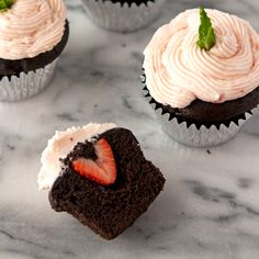 Chocolate Cupcakes with Strawberry Cream Cheese Frosting Chocolate Strawberry Cupcakes, Strawberry Cupcake Recipes, Strawberry Cream Cheese Frosting, Chocolate Dipped Strawberries, Strawberry Dip, Strawberries And Cream, Cheesecake Brownie Bars, Baking Recipes, Dessert Recipes