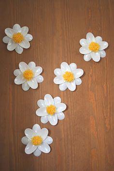 As flores servem sempre para enfeitar, alegram qualquer cantinho. Vamos deixar o passo a passo destas flores, feitas com colheres de plástico. Material nec