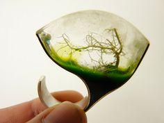 Mist: Life in Valdivian forrests. Resin, silver, Valdivian moss. Casa Kiro Joyas