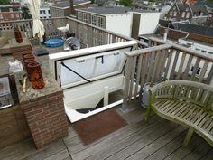 Voor een dakterras aan de Vijzelgracht in Amsterdam is er gekozen voor een daktoetreding in de vorm van een STAKA Dakluik. Deze DL189 is voorzien van polycarbonaat en zorgt daarmee voor veel lichtinval.