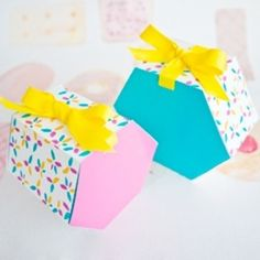 Just in time for Mother's Day. Templates and tutorial to quickly and easily make gorgeous (and customisable) hexagonal gift boxes. Paper Crafts, Diy Crafts, Earring Cards, Hama Beads, Craft Gifts, Pin Up, Gift Boxes, Gift Wrapping, Templates