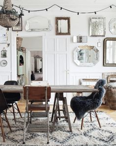 Here is another house tour that caught my attention. I was first attracted by the wall of mirrors and it instantly reminded me of the post about random hanging posted here a few weeks ago. But then the rest of this interior was so full of yummy details, I figured they were worth sharing for...