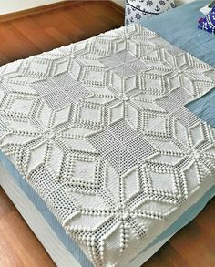 This Pin was discovered by Hai Crochet Bedspread Pattern, Crochet Doily Rug, Crochet Square Patterns, Crochet Blocks, Crochet Squares, Crochet Granny, Filet Crochet, Baby Blanket Crochet, Crochet Needles
