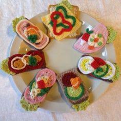 hæklet smørrebrød Crochet Cake, Crochet Amigurumi, Crochet Food, Love Crochet, Bead Crochet, Crochet For Kids, Amigurumi Patterns, Crochet Crafts, Crochet Dolls