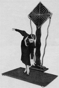 Le terpsitone : l'instrument de musique contrôlé par la danse de Léon Theremin : http://www.laboiteverte.fr/terpsitone-linstrument-de-musique-controle-danse-de-leon-theremin/