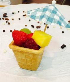 Feestfestival! Een eetbaar (ijs) bakje gevuld met vers fruit, versierd met een parasol of cocktail prikker met molentje een waar feestfestival voor de kinderen.