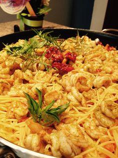Spaguetti con camarones y tomates deshidratados