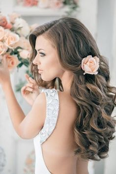 Wedding hairstyles - love these simple cascading curls with a peach flower   #wedding #hair #inspiration