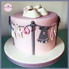 Un gâteau pour une babyshower sur le thème des vêtements pour bébé