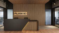 Dabus Arquitetura - Planik Office Cabin Design, Office Reception Design, Reception Counter Design, Cladding Design, House Cladding, Clinic Interior Design, Door Design Interior, Lobby Design, Double Doors Interior