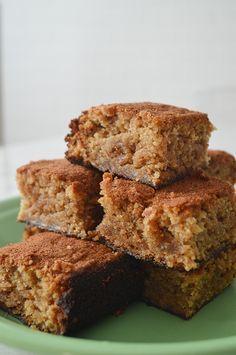 Bolo de banana Cupcakes, Cupcake Cakes, Sweet Recipes, Cake Recipes, Vegetarian Side Dishes, Good Food, Yummy Food, Portuguese Recipes, Brownie Cake
