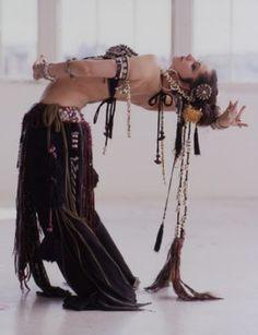 Ella danza al ritmo de su propio tambor , Abraza su esencia de mujer salvaje .- <3 Dance of wild women- <3 <3