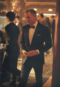 Daniel Craig as James Bond in Skyfall. Tuxedo has a lower button stance and is single-vented, typical of all the Tom Ford suits he wears in the film. Daniel Craig James Bond, Daniel Craig Suit, Daniel Craig Skyfall, Daniel Craig Style, Craig Bond, Rachel Weisz, Look Fashion, Mens Fashion, The Brunette