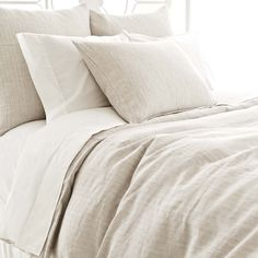 A classic menswear pattern in a clean-lined, tailored linen duvet.