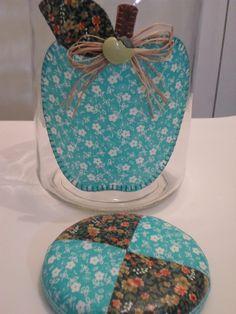 Pote de vidro utilitário e decorativo com aplicação de tecido caseado (bordado) no vidro e tampa de tecido.  O modelo do vidro é de palmito com a tampa de boca larga que mede 10 cm (a tampa é de metal). Decoupage, Lunch Box, Basket, Quilts, Diy, Nova, Decorated Bottles, Diy And Crafts, Mason Jars
