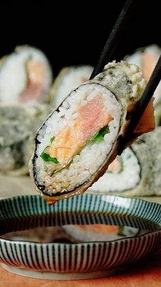 Tempura Sushi Make legit-looking sushi without having to apprentice for decades!Make legit-looking sushi without having to apprentice for decades! Sushi Tempura, Shrimp Tempura Roll, Shrimp Sushi, Tempura Batter, Sushi Roll Recipes, Cooked Sushi Recipes, Asian Recipes, Healthy Recipes, Sushi Recipes