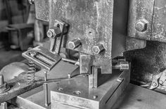 Eine kleine Reise durch die HEISO Fabrik . Teil 4: Die Stanze . Bei vielen Industriemessern und Küchenmessern ist der Stanzvorgang der erste Arbeitsschritt in der Verarbeitung. Der zu verarbeitende Stahl ist in diesem Produktionsschritt noch völlig unverarbeitet und dadurch leicht zu bearbeiten.  . Trotzdem wird eine schwere Last benötigt um aus dem Stahl den Rohling für die gewünschte Klingenform zu stanzen. Mit Exzenterpressen wird aus dem Stahl der Rohling geschnitten. Unsere Presse…