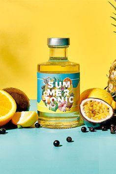 Dieses Tonic Sirup bringt Sommergefühle ins Glas. Mit dem frischen Geschmack tropischer Früchte, Rosmarin und einer feinen Bitternote lassen sich ganz leicht individuelle Drinks kreieren - einfach mixen und genießen. Exotisch, fruchtig, sonnig. #sommer #drink #cocktail #mix #barspezialität #gin #tonic #tropisch #exotisch #hausbar #heimbar Gin, Cocktails, Summer, Syrup, Exotic, Simple, Craft Cocktails, Summer Time, Summer Recipes
