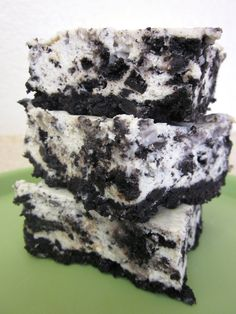 Cookies and Cream Cheesecake Bars I admit…desserts are a major weakness for me, but I try not to make them too often. These Cookies and Cream Cheesecake Bars sure do look divine, though. Oreo Cheesecake Bars, Cookies And Cream Cheesecake, Oreo Bars, Oreo Brownies, Cheescake Bars, Cheesecake Squares, Cooker Cheesecake, Sopapilla Cheesecake, Caramel Cheesecake