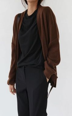 Minimal Fashion Style Tips. Minimal fashion Outfits for Women and Simple Fashion Style Inspiration. Minimalist style is probably basics when comes to style. Minimalist Fashion Women, Minimal Fashion, Minimalist Outfits, Minimalist Wardrobe, Fashion Over 50, Look Fashion, Modest Fashion, Fashion Outfits, Fashion Tips