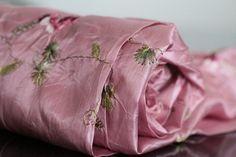 Vous ne pourrez pas passer à coté de la brillance et de la souplesse de ce superbe foulard brodé.