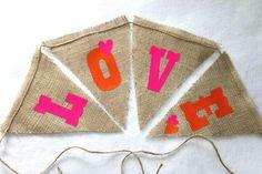 Banderines de tela de costal con letras brillantes.