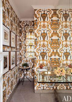 Fascinating Venetian Style Wallpaper in Bathroom