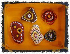 galets peints à la manière aborigène
