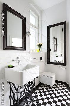 Biała łazienka z podłogą w czarno białą szachownicę