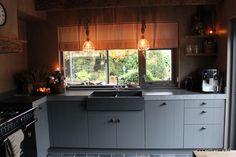 Op 1 april 2016. kregen wij de sleutel van ons nieuwe huis.Het is een semi-bungalow uit de jaren 70, die wij de komende tijd gaan verbouwen in de Huis & Haard sfeer.Hieronder kunt u volgen hoe deze verbouwing verloopt en hoe we langzaam aan werken naar het eindresultaat!Deze site is helaas niet zo geschikt om tekst en foto's te combineren, maar we proberen het zo duidelijk mogelijk!We beginnen in de keuken. Kitchen Decor, Kitchen Cabinets, Indoor, Flooring, Bungalow, 1 April, House, Home Decor, Kitchen