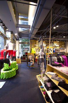 Reebok abre su primera tienda conceptual, diseñada para inspirar a la gente a moverse, a entrenarse, a ponerse en forma y divertirse al mismo tiempo.  Además, un lugar donde encontrarán productos innovadores para entrenar y ponerse en forma con asesoría confiable. Reebok, Retail Experience, Crossfit Gym, Outdoor Store, Sports Shops, Fitness Design, Retail Interior, Workout Machines, Retail Design