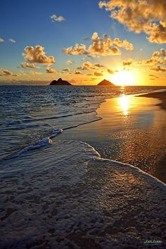 Top 10 beaches ❤️☀️ Lanikai Beach, Hawaii - The shore is protected by a nearby coral reef, which keeps the surf relatively calm. Beautiful Sunset, Beautiful Beaches, Amazing Sunsets, Dream Vacations, Vacation Spots, Places To Travel, Places To Go, Beach Trip, Belle Photo