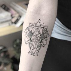 Tatuagem criada pela tatuadora Mirna Garcia de Irecê, Bahia. Elefante em linhas ornamentais.